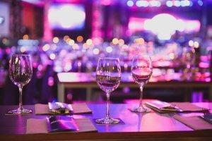 Tisch mit Weingläser