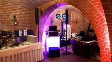 DJ mit Lichttechnik und Tontechnik für ihre Feier.
