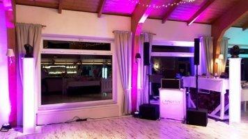 Hochzeits-DJ mit Lichteffekten für die richtige Party- und Disco-Atmosphäre